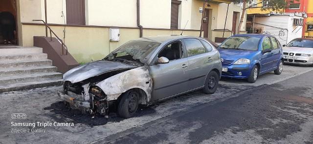 Zaparkowany przy ul. Wybickiego seat spłonął w środę rano, około godziny 4 Zobacz kolejne zdjęcia/plansze. Przesuwaj zdjęcia w prawo - naciśnij strzałkę lub przycisk NASTĘPNE