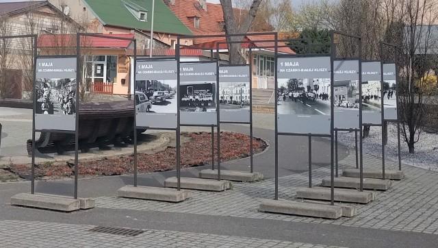 """Na rynku w Szubinie oglądać można wystawę pt. """"1 maja na czarno-białej kliszy"""""""