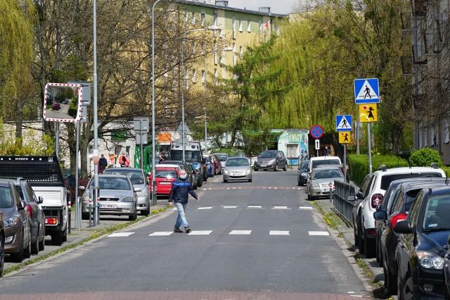Ulica Swoboda w Poznaniu przypomina jeden wielki parking. Samochody stoją wszędzie, zajmują chodniki, piesi muszą przeciskać się między nimi, matki z dziećmi w wózkach czasami nie mają szans, by przejechać, ponieważ jest zbyt wąsko.