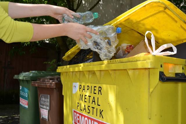 Wraz z początkiem roku w życie weszły zapisy ustawy z 19 lipca 2019 o zmianie ustawy o utrzymaniu czystości i porządku w gminach oraz niektórych innych ustaw. Urzędy miast i gmin wyjaśniają mieszkańcom, w jaki sposób od 1 stycznia 2020 powinna wyglądać selektywna zbiórka odpadów. Śmieci należy segregować na 5 frakcji, ta zasada obowiązuje w całym kraju i jest obowiązkowa. Oddzielne pojemniki lub worki powinniśmy mieć na metale i tworzywa sztuczne, szkło, papier, bioodpady oraz odpady zmieszane. Karą za niesegregowanie może być wielokrotność (2-4) opłaty. Jeśli więc opłata w naszej gminie wynosi 22 zł od osoby, a kontrole wykażą, że odpadów nie segregujemy, nasza opłata może urosnąć nawet do 88 zł miesięcznie. O wysokości opłaty za niesegregowanie decyduje samorząd.Zasady selektywnej zbiórki na nowych zasadach wyjaśnia m.in. Wydział Gospodarki Komunalnej UM Torunia i Bydgoszczy. Wytyczne znajdziecie pod kolejnymi zdjęciami --->Nowe pojemniki mają pojawiać się systematycznie. Od 1 stycznia żółty pojemnik ma służyć do zbiórki metali i tworzyw sztucznych. Papier trafi teraz osobno - do niebieskiego worka/pojemnika.