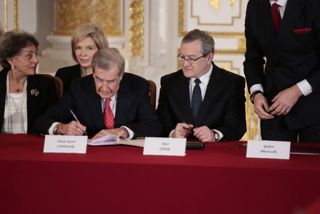 Adam Karol Czartoryski i wicepremier Piotr Gliński podpisują umowę sprzedaży