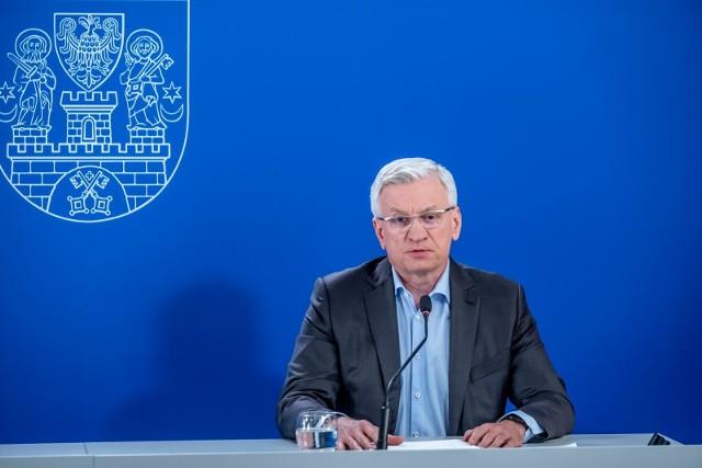 Jacek Jaśkowiak podczas środowej konferencji przekazał najnowsze informacje dotyczące koronawirusa w Wielkopolsce. Prezydent Poznania podkreśla, że liczba zachorowań na Covid-19 w województwie spada.