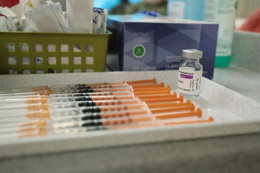 W pełni zaszczepionych jest ponad 17,5 mln osób w kraju.