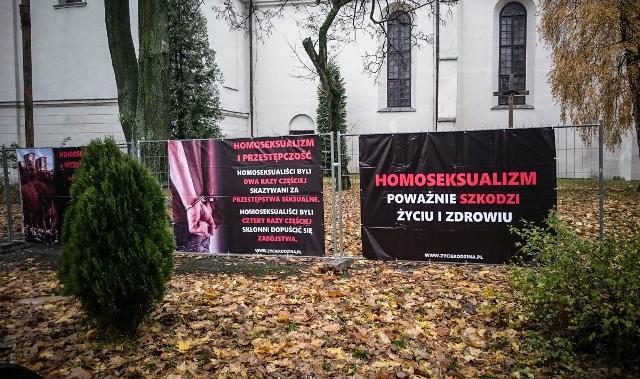 Homofobiczna wystawa stanęła przy kościele pw. Nawrócenia św. Pawła w Lublinie.