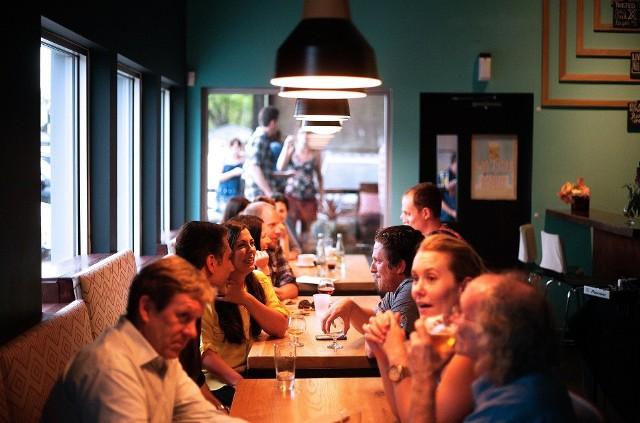 Pomimo rządowych obostrzeń, część restauracji otwiera się dla klientów. Zdjęcie ilustracyjne