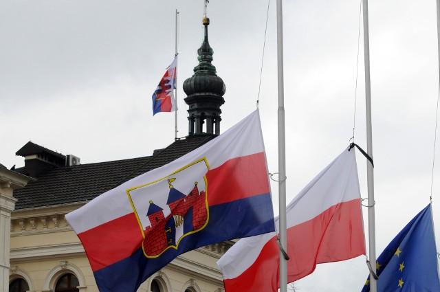 Flagi opuszczone do połowy masztu to znak, że kraju żałoba narodowa. W związku z tragedią w Gdańsku będzie ona obowiązywać od piątku (18 stycznia) od godz. 17 do soboty (19 stycznia) godz. 19.00.