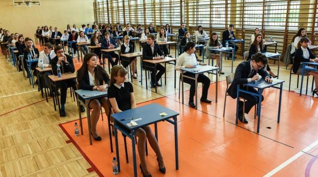 Egzamin ósmoklasisty 2020 zaplanowany jest od 16 do 18 czerwca. Został przełożony ze względu na panującą pandemię koronawirusa. Wielkopolscy samorządowcy twierdzą, że egzamin ten powinien zostać w tym roku odwołany. Nie jest konieczny do przeprowadzenia rekrutacji, a jego organizacja może stanowić zagrożenie epidemiologiczne