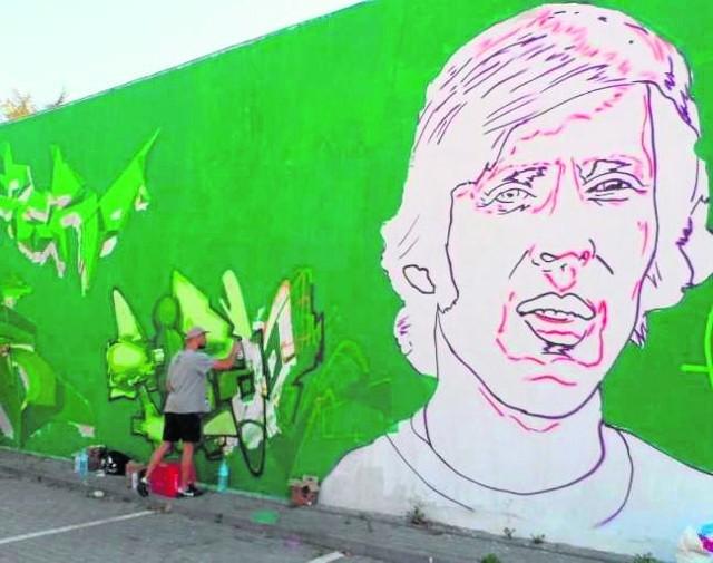 Latem w Starogardzie powstał mural z wizerunkiem piłkarza