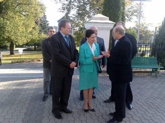 Karolinie Kaczorowskiej o cudownych wydarzeniach opowiadał proboszcz parafii św. Antoniego ks. Stanisław Gniedziejko (z prawej)