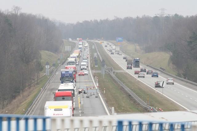 W środę rano korek na A4 sięgał kilku kilometrów. Zablokowane były też S1 i DK79