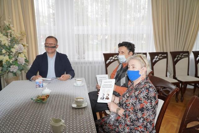 Burmistrz Mariusz Piątkowski, Ryszard Kowalski i Ewa Kaźmierkiewicz z nową książką dotyczącą historii administracji Golubia i Dobrzynia