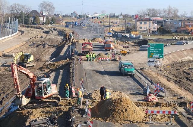 Utrudnienia w ruchu związane są z budową węzła drogowego tuż obok skrzyżowania obwodnicy z ulicami Sobieskiego - Budowlanych.