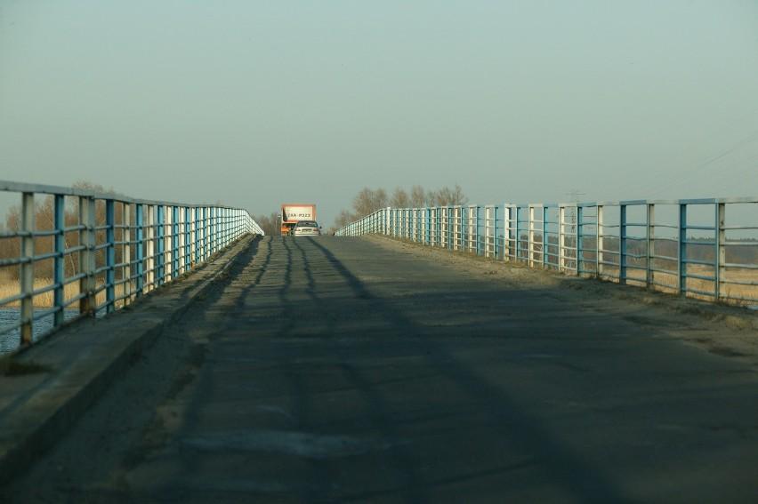 Most jest bardzo wąski i dlatego obowiązuje na nim ruch wahadłowy. Niestety, często zdarza się, że z powodu awarii świateł, mijają się na nim dwa samochody osobowe. - To prawdziwy horror! - mówią mieszkańcy wyspy. - Most jest długi i jeszcze z obu stron wjeżdża się na niego pod górkę. Kierowca, choćby nawet chciał, nie widzi, czy po drugiej stronie też ktoś wjeżdża.
