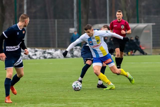 Piłkarze Tura (jaśniejsze stroje) na inaugurację wiosny wygrali 3:0 z Hetmanem Białystok