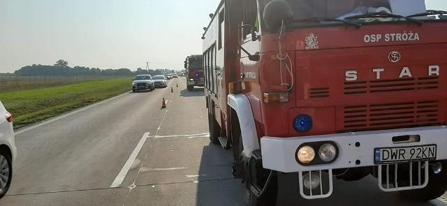 - W zdarzeniu brał udział jeden pojazd który uderzył w barierki a następnie dachował - informują strażacy z OSP Stróża