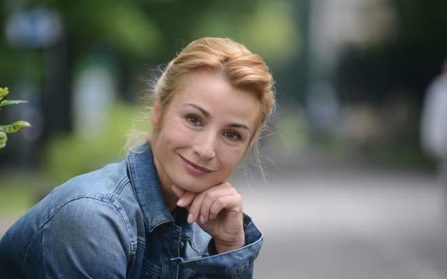 """Pochodzi z Lubska, skończyła Liceum Ogólnokształcące nr 7 w Zielonej Górze i Państwową Wyższą Szkołę Teatralną w Warszawie. Doświadczona aktorka, doskonała ambasadorka województwa lubuskiego i przedstawicielka fundacji opiekun serca.Joanna Brodzik jest laureatką nagrody miesięcznika CINEMA """"Z Cinema do Cannes"""" na najbardziej obiecującą Aktorkę młodego pokolenia (1998), dostała Wiktora 2004 dla najlepszej aktorki za rolę w serialu """"Kasia i Tomek"""". W 2006 r. odcisnęła dłoń na Bursztynowej Promenadzie Gwiazd podczas Festiwalu Gwiazd w Gdańsku, a rok później została nagrodzona Telekamerą w kategorii Najlepsza Aktorka. Otrzymała tytuł Najpiękniejszej 2006 dwutygodnika """"Viva"""", była także Kobietą Roku magazynu """"Glamour"""". A na Międzynarodowym Festiwalu Filmowym w Madrycie dostała nagrodę dla najlepszej aktorki, za rolę Sygity w """"Jasnych błękitnych oknach"""".- Uwielbiam ludzi, którzy nie boją się marzyć i nie boją się podejmowania celów, o których wszyscy inni mówią, że są nie do zrealizowania, a oni i tak to robią – podkreśla Joanna BrodzikZagrała ponad 30 ról filmowych i serialowych oraz użyczała swojego głosu w filmach dla dzieci. W ostatnich latach grała główną rolę w serialu """"Dom nad rozlewiskiem"""" (oraz w kolejnych jego odsłonach), który cieszył się wielkim uznaniem widzów. Jednak największą popularność przyniosła jej rola w serialu """"Magda M"""".Lecz Joanna Brodzik to także prezes Fundacji Opiekun Serca, która działa na rzecz osób niepełnosprawnych. Fundacja jest m.in. współorganizatorem festiwalu Lubuskich Prezentacji Wokalnych Dzieci i Młodzieży Specjalnej Troski, który odbywa się w Lubsku.""""Pomagając innym, pomagasz sobie. Dobro zawsze wraca…""""Joanna Brodzik od wielu lat jest ambasadorką województwa lubuskiego. Uczestniczy w przedsięwzięciach organizowanych przez region. Była m.in. naszym gościem specjalnym na Lubuskim Kongresie Kobiet i Przystanku Woodstock.Zobacz też wideo: Znani Lubuszanie typują wynik meczu Polaków z NiemcamiPrzeczytaj też:  TOP 20 znanych Lubuszan. Ci """