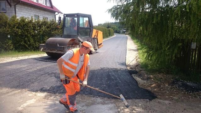 Nowa nawierzchnia asfaltowa na drodze w Olesznie.