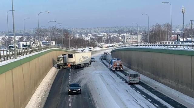 17.01.2021. Kolizja w tunelu przy Auchan Produkcyjna. Przejazd w kierunku Warszawy odbywa się górnym poziomem skrzyżowania.