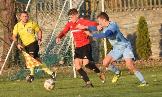 W nowym sezonie 4-ligowcy zagrają po 35 (w grupie mocniejszej) lub 34 (w grupie słabszej) mecze. Na zdjęciu fragment meczu Watkem Korona Rzeszów - Legion Pilzno.