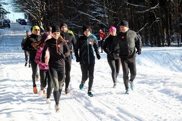 Biegacze ze stowarzyszenia Skarżysko Biega w dzień finału Wielkiej Orkiestry Świątecznej Pomocy biegali na Kruku w Suchedniowie, ale zanim ruszyli na trasę, zrobili kwestę.Jak informuje prezes stowarzyszenia Tomasz Kędzierski, wynik zbiórki wśród biegaczy to ponad 1900 złotych, a cała kwota zasili konto WOŚP.Zobacz zdjęcia na kolejnych slajdach >>>
