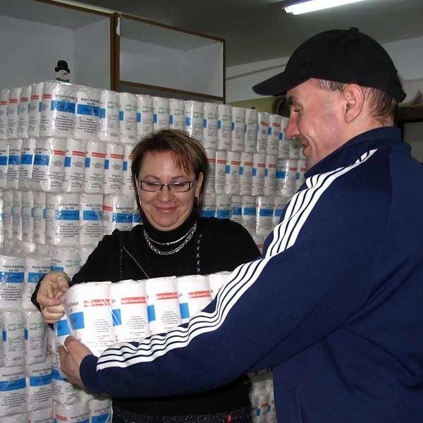 Żywność rozdawana jest przez pracowników MOPS w magazynie byłej jednostki wojskowej, w godzinach 9-14. Pomagają im mężczyźni z dębickiego Domu dla Bezdomnych Mężczyzn im. św. Brata Alberta. Akcja potrwa do wyczerpania zapasów.
