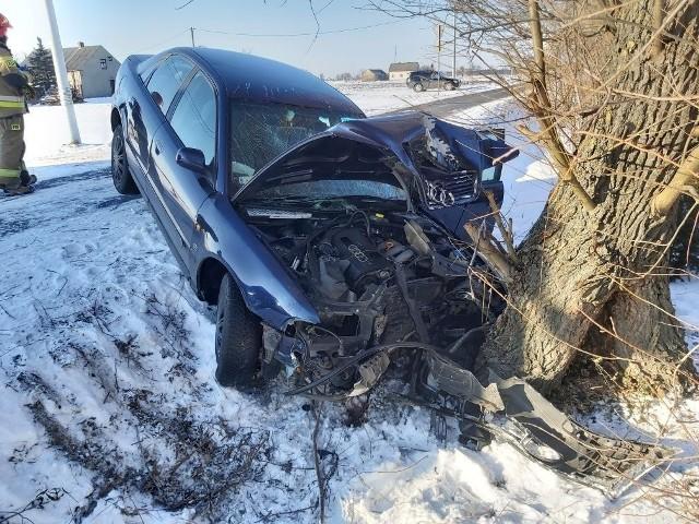 32-latek, który siedział za kierownicą audi, które pod Radziejowem uderzyło w drzewo nie odniósł poważniejszych obrażeń