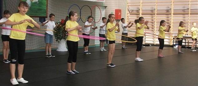 Jedną z atrakcji, jaką dla gości przygotowały dzieci, był pokaz kręcenia hoola-hop