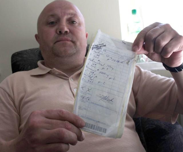 Jarosław Chorąży pokazuje naddartą receptę – efekt jego wizyty w szpitalu. Ma żal do lekarza, który nie obsłużył go jak trzeba.