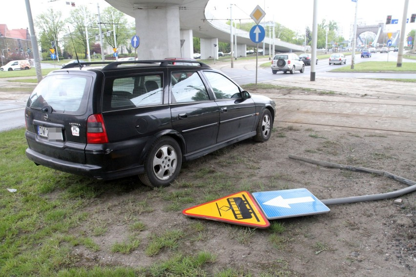 Zderzenie forda z oplem na pl. Społecznym. Kierowca forda uciekł (ZDJĘCIA)