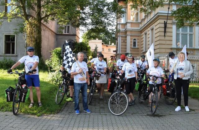 Moment startu rowerzystów na trasę z Inowrocławia do Zakopanego, w ramach obchodów Roku Jana Kasprowicza