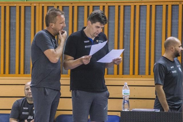 Trenerzy Robert Prygiel (z prawej) i Wojciech Stępień mają sporo materiału do analizy po wtorkowym sparingu.