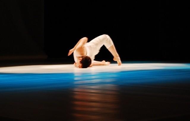 Niesamowity spektakl obrazujący historię tańca jazzowego zaprezentował Kielecki Teatr Tańca.