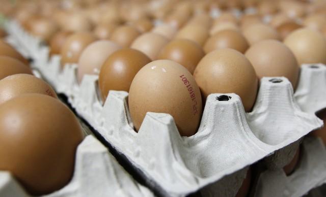 W cholesterol bogate sa jajka. Osoby, które mają kiepskie wyniki badań, powinny jeść jajka z umiarem.