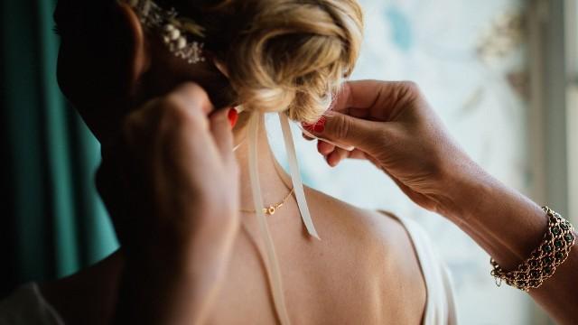 Fryzura na ślub i wesele 2020. Jaką stylizację wybrać? W galerii znajdziesz sporo inspiracji. PRZEJDŹ DO KOLEJNYCH ZDJĘĆ ➤➤Od 6 czerwca obowiązują nowe przepisy dotyczące organizacji wesel w czasie epidemii. Na imprezach może bawić się do 150 weselników. Część par przełożyła uroczystości, inne już niebawem staną na ślubnym kobiercu a następnie wraz z gośćmi będą bawić się do białego rana. Z tej okazji robimy przegląd fryzur na ślub i wesele w 2020 roku.