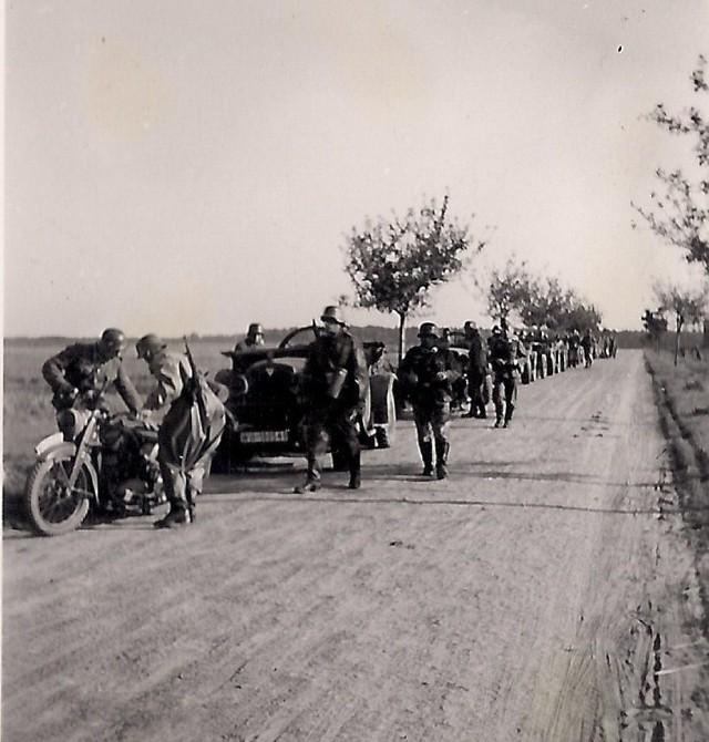 Jest 25 sierpnia 1939 roku. Żołnierze niemieckiej armii przemieszczają się w stronę granicy z Polską. Większa część dzisiejszego powiatu oleskiego leżała wówczas w granicach Niemiec. Granicę wyznaczała Liswarta i Prosna.
