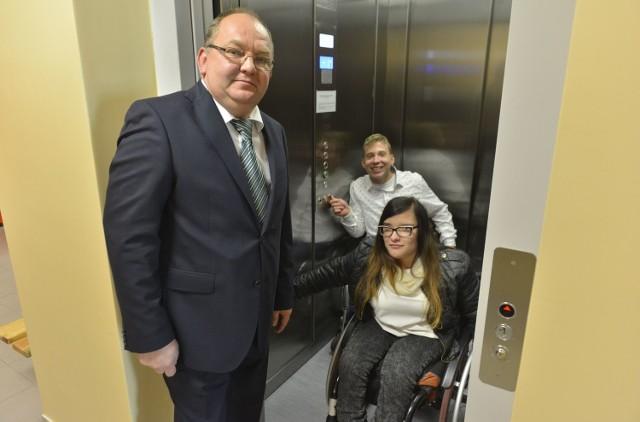 Klaudia Juźwik i Dawid Kacperczyk, uczniowie i Wiktor Karoń, dyrektor X Liceum Ogólnokształcącego cieszą się z nowej windy.