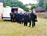 Obława na podejrzanego o morderstwo w Borowcach pod Częstochową. Śledczy ustalili, że oddał kilkanaście strzałów z pistoletu browning