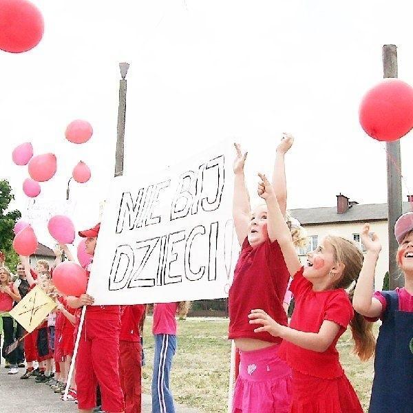 Godzina 12.00. W niebo lecą balony  wypuszczone przez uczniów Szkoły  Podstawowej nr 20.