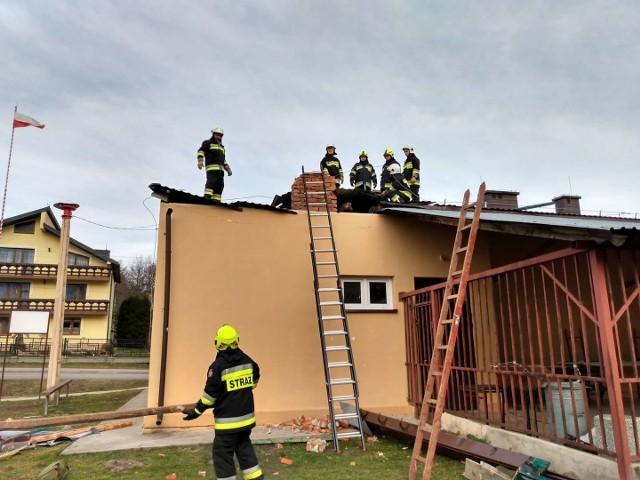 Skutki silnego wiatru, jaki nęka od rana powiat przemyski, najbardziej odczuli mieszkańcy gm. Żurawica. Wiatr uszkodził dachy dwóch budynków w Orzechowcach, a w Batyczach zerwał poszycie dachu miejscowej jednostki OSP. Z pomocą ruszyli strażacy z OSP Orzechowce.