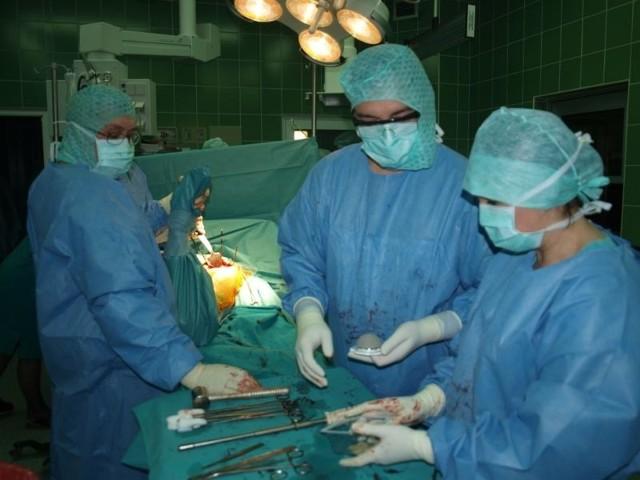 W mieleckim szpitalu po raz pierwszy w Polsce odbyła się operacja wszczepienia nowego typu endoprotezy. 28 – letni Bogdan czuje się dobrze.