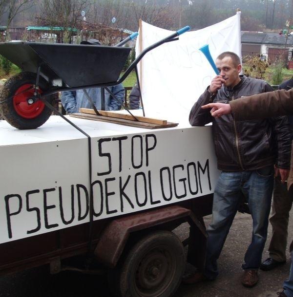 Protestujący rolnicy przywieźli do Sokółki podest, transparenty i taczki. Tak bronią swoich wsi przed włączeniem do zespołu krajobrazowo-przyrodniczego.