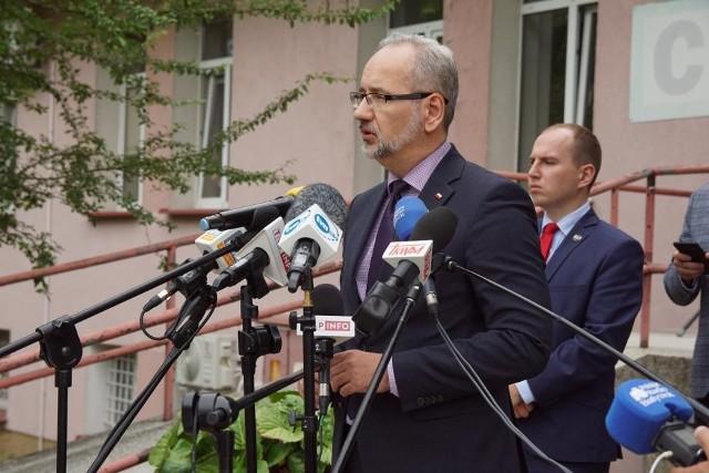 Konferencja ministra zdrowia Adama Niedzielskiego w Białymstoku, przed szpitalem zakaźnym przy ul. Żurawiej (4.08.2021 r.).