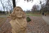 Poznań: W parku Heweliusza z wyschniętych konarów drzew wykonano drewniane rzeźby: Mikołaja Kopernika, Małego Księcia. Poznaniacy podzieleni