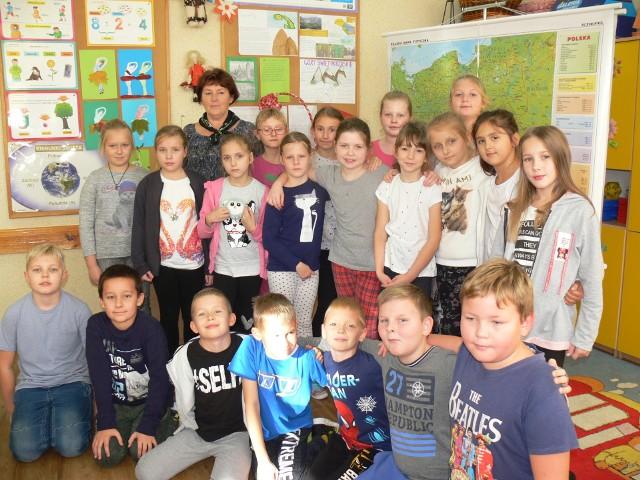 Pani Halina Miłek ze swoją klasą III a ze Szkoły Podstawowej nr 3 w Sandomierzu.