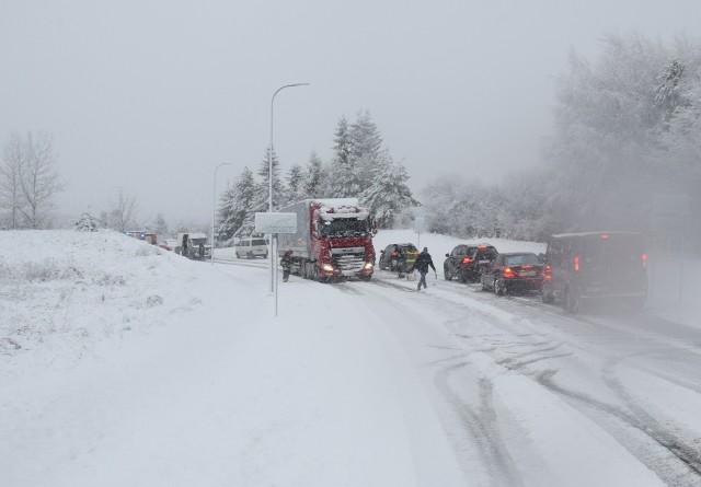 Sobotnie intensywne opady śniegu spowodowały duże utrudnienia na drogach, włącznie z krajowymi. W wielu miejscach samochody ciężarowe nie mogły podjechać pod wzniesienia. Strażacy pomagali kierowcom m.in. w Miastku i Bożance.
