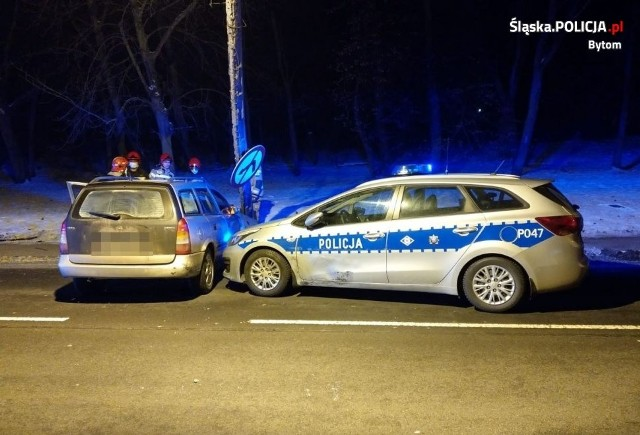 Bytom: pijany kierowca uciekał przed policjantami. Jego rajd zakończył się na... zderzeniu z latarnią. Zobacz kolejne zdjęcia. Przesuwaj zdjęcia w prawo - naciśnij strzałkę lub przycisk NASTĘPNE