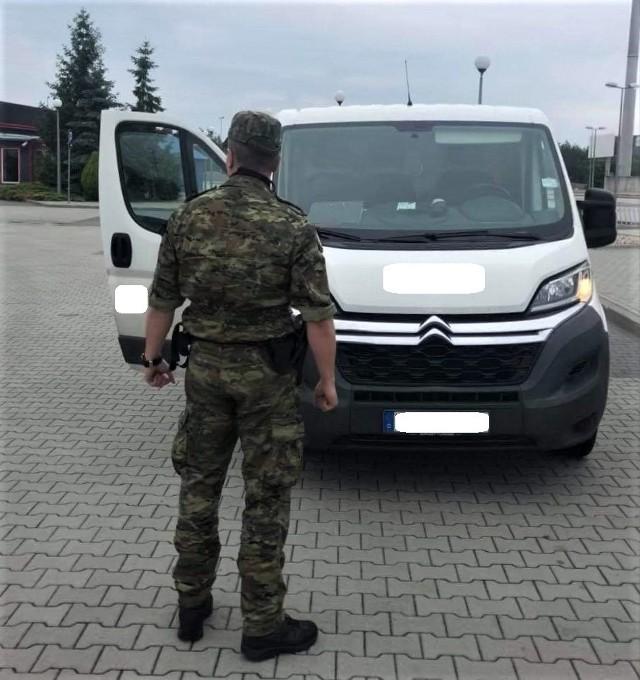 W piątek 25 czerwca w Olszynie funkcjonariusze Straży Granicznej z placówki w Tuplicach zatrzymali jadącego z Niemiec citroena jumpera. - Auto o wartości 47 tysięcy złotych, którego kierowcą okazał się 28-letni mieszkaniec powiatu żarskiego, pochodziło z kradzieży na terenie Niemiec. Świadczył o tym, chociażby specjalny łamak, który wbity został w stacyjkę pojazdu - informuje mjr SG Joanna Konieczniak z Nadodrzańskiego Oddziału Straży Granicznej.Dalsze postępowanie w sprawie kradzieży citroena prowadzić będzie lubuska policja.Mjr J. Konieczniak dodaje, że od początku tego roku funkcjonariusze NOSG zatrzymali na terenie naszego województwa 19 kradzionych aut. Ich wartość szacuje się na blisko 2,5 miliona złotych.Przeczytaj też:Po pościgach odzyskano skradzione autaWIDEO: Kradzież samochodu Wschowa. Wsiadł za kółko i chciał odjechać, gdy właściciel mył auto