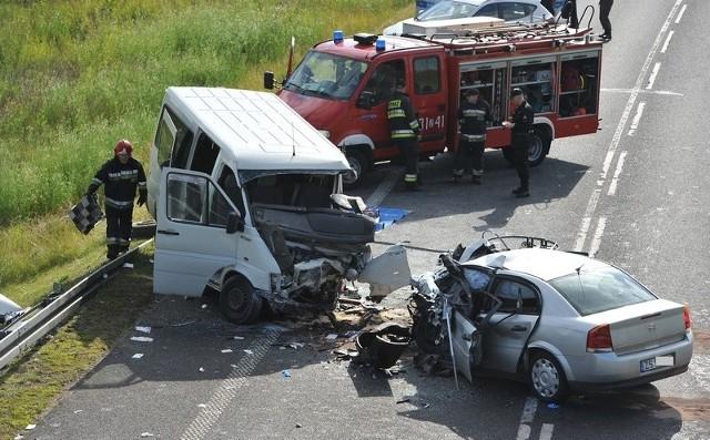 We wczorajszym wypadku zginął kierowca auta osobowego, które zjechało na przeciwny pas. Na tym odcinku drogi krajowej nr 10 nie ma drugiej nitki. Ciągle jest tylko w planach.