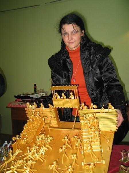 Renata Hływa. To jest już nie pierwsza jej praca zrobiona z makaronu.