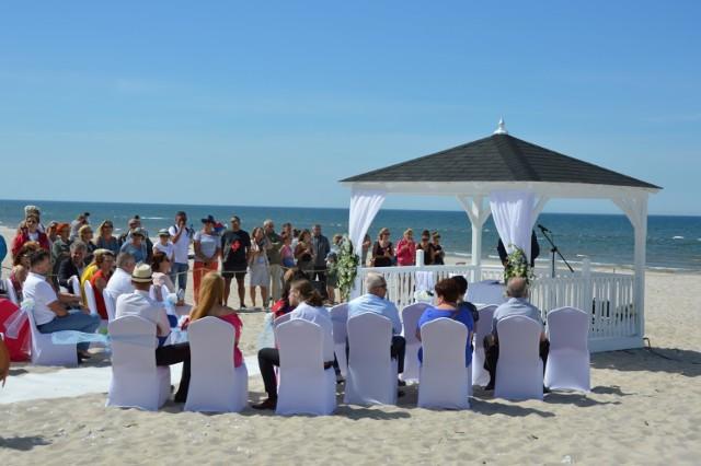 """Ślub na plaży w Łebie. Pierwszy ślub w ramach projektu """"Las Łebas - Pomorska Stolica Ślubów"""""""